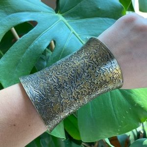 🎉5/20 SALE🎉 brass cuff carved floral design